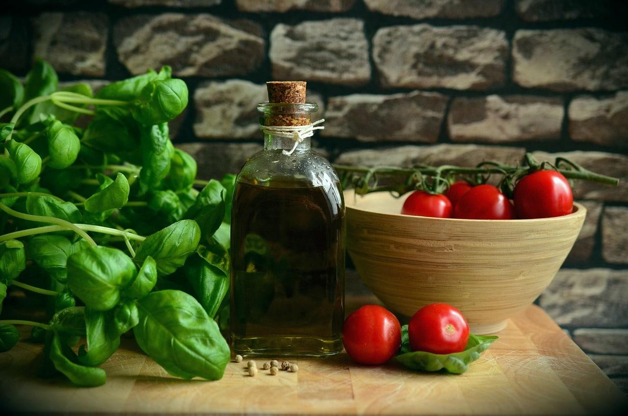 huile d'olive avec du basilic et des tomates