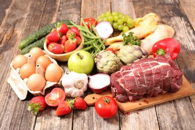 nourriture sur une table Chrono-Nutrition