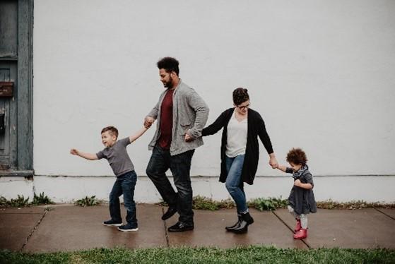Une famille se tenant par la main qui se balade
