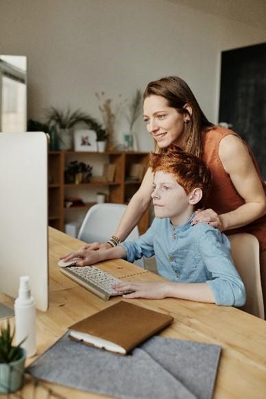 Un coach avec un enfant pendant une séance de coaching
