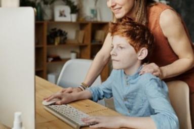 Comment devenir coach scolaire ? Un coach avec un enfant pendant une séance de coaching