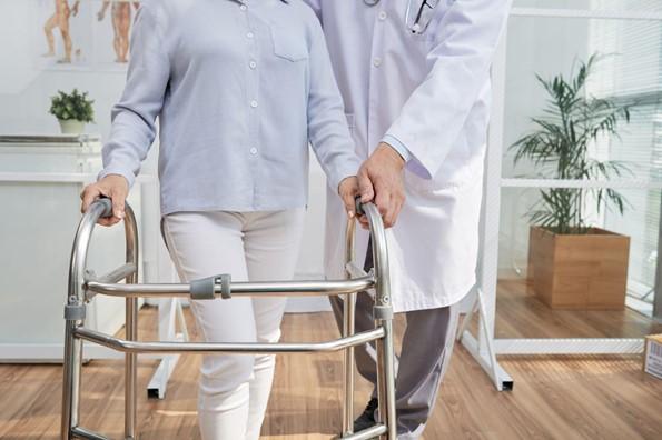 Comment devenir kinésithérapeute ? Ce qu'il faut savoir -Un kinésithérapeute maîtrise les outils de rééducation et s'adapte au besoin