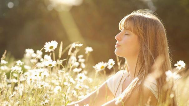 Le stress est le plus grand fléau de notre vie quotidienne. Il faut dire qu'entre vie de famille et vie professionnelle, il n'est pas toujours facile d'arriver à tout mener de front. C'est pour cela qu'il est important de savoir comment soulager le stress de manière naturelle. Ainsi, tout en préservant votre santé, vous allez pouvoir vivre de manière plus sereine tout en vous débarrassant de vos tensions nerveuses. Faire du yoga ou de la relaxation pour soulager le stress Qu'est-ce que le stress ? Afin de pouvoir soulager le stress de manière naturelle, il est important de savoir ce qu'est ce fléau de la société moderne. Le stress est le lot quotidien de chacun qui se traduit par une grande irritabilité, de l'épuisement tant psychologique que physique. Il peut hélas avoir des conséquences sur la santé et l'organisme à cause d'insomnie, de sautes d'humeur et d'une nervosité permanente. Les causes les plus fréquentes du stress Pour savoir comment soulager le stress, il est important d'être en mesure d'en déterminer les causes. Il est important de savoir que ces facteurs de stress peuvent être répertoriés en deux grandes catégories, à savoir : le stress biologique et le stress psychologique. Concernant le stress biologique, celui-ci se traduit par une soif excessive, une sensation de froid ou de chaleur intense, ou encore une accélération du rythme cardiaque et même des crises de panique. Le stresse psychologique, quant à lui, est souvent déclenché à cause d'une pression socio-professionnelle, de gros problèmes financiers, d'un deuil ou encore d'une rupture amoureuse très douloureuse. De plus, le stress n'est pas vécu de la même manière car, chaque personne possède sa propre perception. Les conséquences du stress sur l'organisme Les conséquences liées au stress sur l'organisme peuvent être graves c'est pour cela qu'il est indispensable de savoir comment le soulager le stress. En effet, à force de s'installer, le stress peut devenir chronique et engendrer de nombreux ma