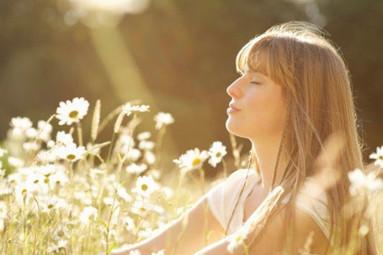 comment soulager le stress naturellement ? Le stress est le plus grand fléau de notre vie quotidienne. Il faut dire qu'entre vie de famille et vie professionnelle, il n'est pas toujours facile d'arriver à tout mener de front. C'est pour cela qu'il est important de savoir comment soulager le stress de manière naturelle. Ainsi, tout en préservant votre santé, vous allez pouvoir vivre de manière plus sereine tout en vous débarrassant de vos tensions nerveuses. Faire du yoga ou de la relaxation pour soulager le stress Qu'est-ce que le stress ? Afin de pouvoir soulager le stress de manière naturelle, il est important de savoir ce qu'est ce fléau de la société moderne. Le stress est le lot quotidien de chacun qui se traduit par une grande irritabilité, de l'épuisement tant psychologique que physique. Il peut hélas avoir des conséquences sur la santé et l'organisme à cause d'insomnie, de sautes d'humeur et d'une nervosité permanente. Les causes les plus fréquentes du stress Pour savoir comment soulager le stress, il est important d'être en mesure d'en déterminer les causes. Il est important de savoir que ces facteurs de stress peuvent être répertoriés en deux grandes catégories, à savoir : le stress biologique et le stress psychologique. Concernant le stress biologique, celui-ci se traduit par une soif excessive, une sensation de froid ou de chaleur intense, ou encore une accélération du rythme cardiaque et même des crises de panique. Le stresse psychologique, quant à lui, est souvent déclenché à cause d'une pression socio-professionnelle, de gros problèmes financiers, d'un deuil ou encore d'une rupture amoureuse très douloureuse. De plus, le stress n'est pas vécu de la même manière car, chaque personne possède sa propre perception. Les conséquences du stress sur l'organisme Les conséquences liées au stress sur l'organisme peuvent être graves c'est pour cela qu'il est indispensable de savoir comment le soulager le stress. En effet, à force de s'installer, le stress peut de